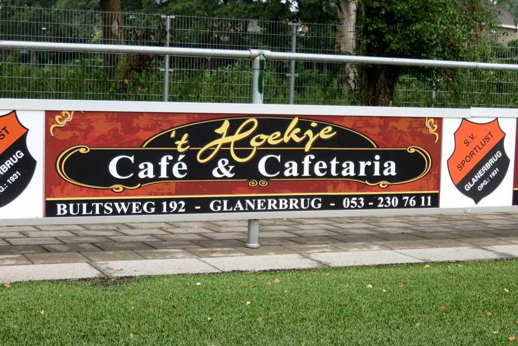 Reclame bord voetbalveld - 't Hoekje cafe en cafetaria